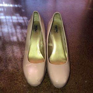 Nude pumps! Great for Business casual attire.